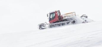 Ratrack卸载下落的滑雪者,滑雪在山顶部 Freeride雪板、行动和冒险为 库存图片