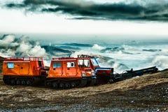 Ratrack en un pico sobre las montañas cubiertas en nubes Fotografía de archivo libre de regalías