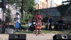 Ratsmitglied Vanessa L Gibson spricht an offenem mic, der durch Morrisania-Band in Bronx bewirtet wird stockbild