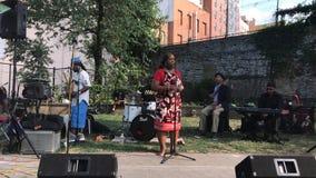 Ratsmitglied Vanessa L Gibson spricht an offenem mic, der durch Morrisania-Band in Bronx bewirtet wird stockfotografie