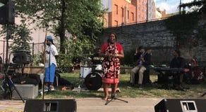 Ratsmitglied Vanessa L Gibson spricht an offenem mic, der durch Morrisania-Band in Bronx bewirtet wird lizenzfreie stockfotografie