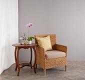 Rattan krzesło w holu położeniu Obrazy Stock