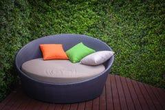 Rattan ogródu krzesła i stół Zdjęcia Royalty Free
