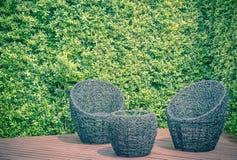 Rattan ogródu krzesła i stół Fotografia Royalty Free
