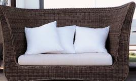 Rattan łozinowa kanapa z poduszkami Zdjęcia Royalty Free