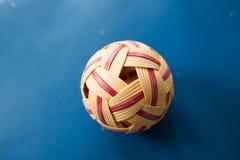 Rattan piłka na sądzie Zdjęcia Royalty Free