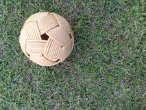 Rattan piłka, takraw piłka na zielonej trawie Zdjęcia Royalty Free