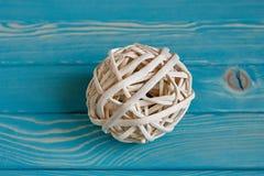 Rattan sfera na błękitnym drewnianym tle Zdjęcie Royalty Free