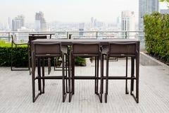 Rattan una tavola con due sedie delle feci che stanno contro il ter Immagine Stock Libera da Diritti
