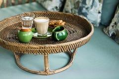 Rattanbehälter mit Cappuccino lizenzfreies stockfoto