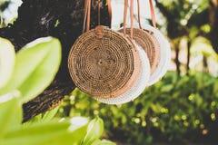 Rattang påsar som hänger på ett tropiskt träd Bali ö Organiskt material Ecobag arkivbild