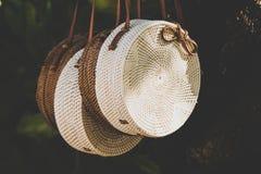 Rattang påsar som hänger på ett tropiskt träd Bali ö Organiskt material Ecobag arkivfoton