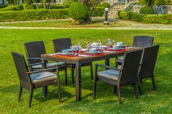 Rattanmöbel, Tabelle und Stühle im Freien Stockfotos