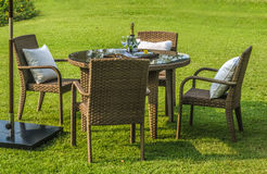 Rattanmöbel, Tabelle und Stühle im Freien Lizenzfreie Stockfotos