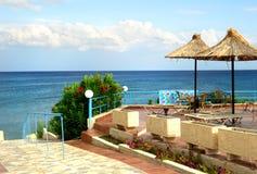 Rattanstrandregenschirme auf einem Strand Lizenzfreies Stockfoto