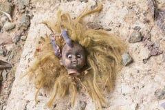 Ratten auf furchtsamer schmutziger blonder Hauptpuppe Lizenzfreie Stockfotos