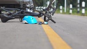 Rattfylleriolycka, bilkrasch med cykeln arkivfilmer