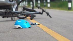 Rattfylleriolycka, bilkrasch med cykeln stock video
