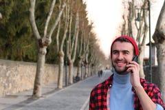 Rattrapage avec des amis au téléphone Photos libres de droits