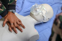 Ratunek i CPR trenuje pierwsza pomoc i życie strażnik Zdjęcia Royalty Free