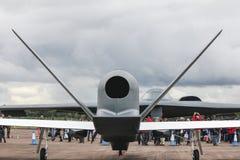 Raub-UAV - unbemanntes Luft-Fahrzeug und bemannter Heimlichkeitskernbomber des Geist-B2, die sich gegenüberstellt lizenzfreies stockfoto