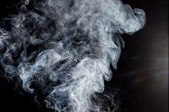 Rauch auf einem schwarzen Hintergrund Stockfoto