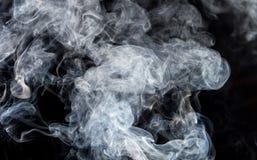 Rauch auf einem schwarzen Hintergrund Lizenzfreies Stockfoto