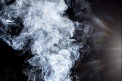 Rauch auf einem schwarzen Hintergrund Stockbild