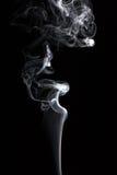 Rauch auf einem schwarzen Hintergrund Stockfotografie