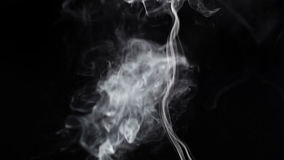 Rauch auf einem schwarzen Hintergrund. stock video