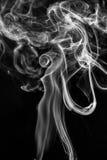 Rauch auf einem schwarzen Hintergrund Stockfotos