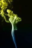 Rauch auf einem schwarzen Hintergrund Lizenzfreie Stockbilder