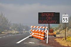 Rauch auf Fahrbahn-Zeichen-Barrikade stockbilder
