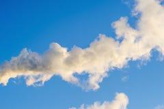 Rauch auf Hintergrund des blauen Himmels Abstraktion, ein Symbol Stockfoto