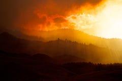 Rauch bedeckte Hügel und Forest Fire Lizenzfreies Stockfoto