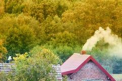 Rauch, der aus Kamin herauskommt Stockfoto