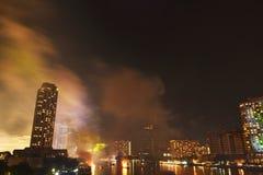 Rauch, der nach Feierfeuerwerken des neuen Jahres auf Cho Phraya-Fluss in Thailand schwimmt lizenzfreies stockbild