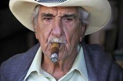 Rauch des alten Mannes eine Zigarre Stockbilder