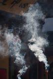 Rauch des brennenden Weihrauchs an einem Tempel in China Stockbilder