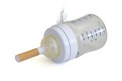 Rauch in einer Flasche des Schätzchens. auf Weiß. stockfoto