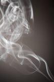 Rauch fließt von einem aromatischen Stock Lizenzfreie Stockbilder