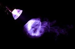 Rauch im Licht einer Lampe stockfoto
