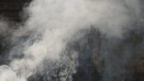 Rauch kommt aus den Schutt infolgedessen von der Erdbebenraketenangriffs-Tsunamidemolierung heraus stock video footage
