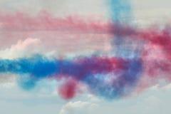 Rauch-Spuren von RAF Red Arrows Display Stockfoto