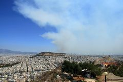 Rauch steigt über Athen, Griechenland Stockbild