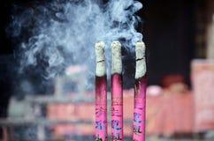 Rauch um Räucherstäbchen im Tempel Stockfotos