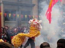 Rauch und chinesischer Löwe Stockbild
