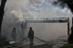 Rauch und Feuer Lizenzfreie Stockbilder