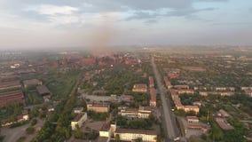 Rauch und Smog über der Anlage und der Stadt Schattenbild des kauernden Geschäftsmannes stock footage