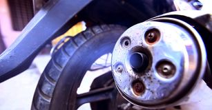 Rauch vom Auspuffmotorrad stockfotos